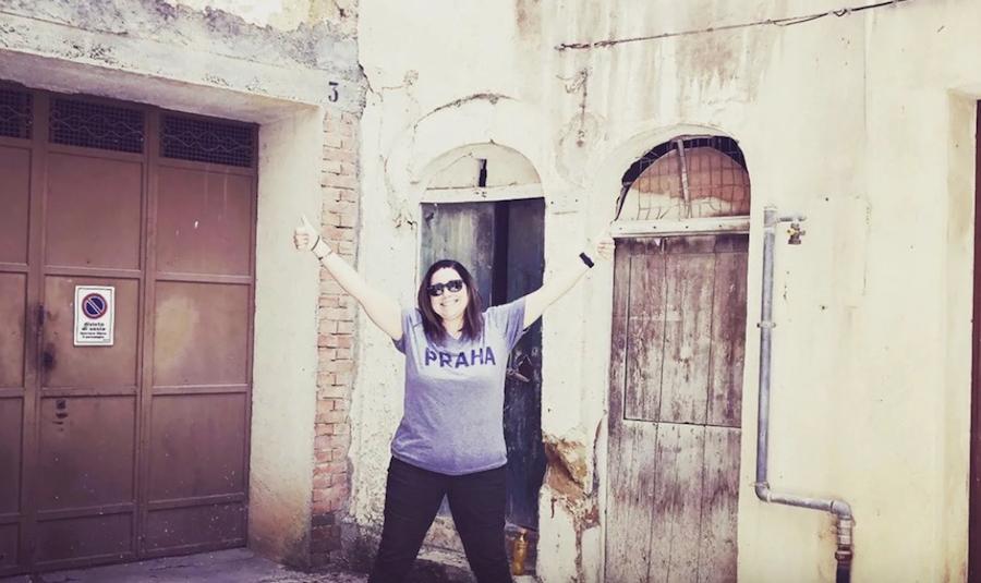 Meredith Tabbone in front of her €1 house in Sambuca di Sicilia.